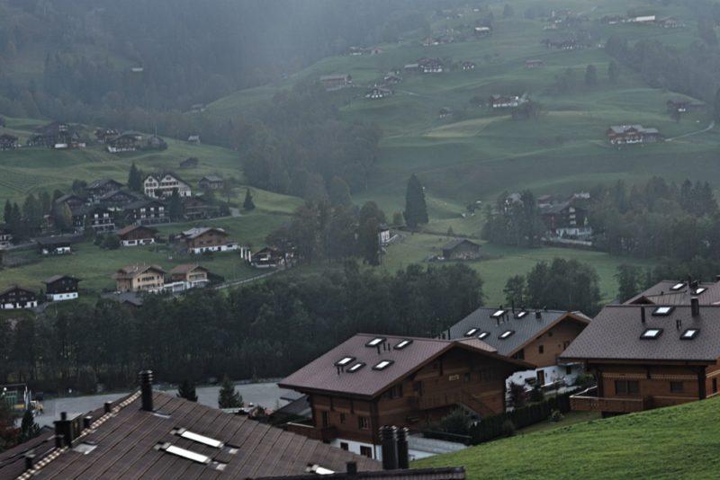 Letak Jungfrau dikelilingi oleh gunung lain